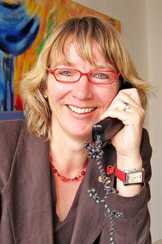 """Ursula Oelbe, Hildesheim, Fachberaterin für Finanzdienstleistungen (IHK), Mitglied im """"Arbeitskreis FinanzFachFrauen bundesweit"""" (FFF)."""