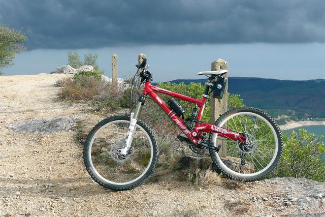 Verstärkt entdecken auch Mountainbiker Elektrofahrräder für sich. Der Zusatzschub ist gerade bei steilen Steigungen im Gelände sehr angenehm.