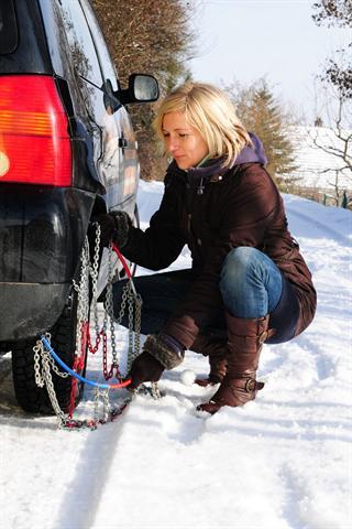 Wer vorher in der warmen Garage geübt hat, tut sich beim Aufziehen der Schneeketten in winterlicher Kälte leichter.