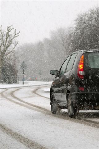Wer bei winterlichen Straßenverhältnissen mit der falschen Bereifung unterwegs ist, handelt nicht nur leichtsinnig - er muss unter Umständen auch mit saftigen Bußgeldern rechnen.