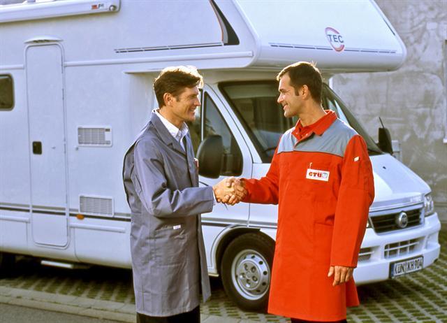 Wer ganz sicher sein möchte, lässt seinen Caravan vor der Abfahrt von einem Fachmann prüfen.