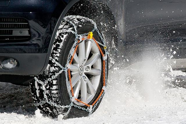 Die neuartige Schneekette ist für Fahrzeuge der oberen Mittelklasse, für Kompakt-SUVs, Groß-SUVs, Vans und auch Maxi-Vans besonders gut geeignet.