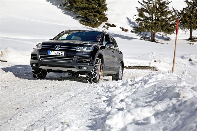 Nicht nur bei Fahrten in schneereiche Gebiete sollten Schneeketten zur griffbereiten Grundausstattung von Autofahrern gehören.