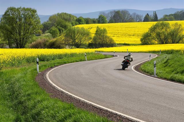 Raus auf die Straße: Biker genießen das Freiheitsgefühl im Sattel - sollten dabei aber die Sicherheit nicht außer Acht lassen.