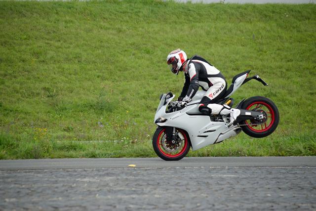 Droht das Hinterrad beim Bremsen abzuheben, reduziert die Hinterrad-Abheberegelung die maximale Bremskraft am Vorderrad und hält somit das Bike am Boden.