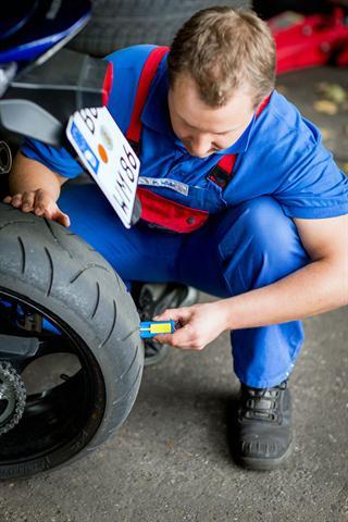 Die Reifen sollen jederzeit für guten Grip sorgen - umso wichtiger ist eine regelmäßige Kontrolle der Profiltiefe und des Reifenfülldrucks.
