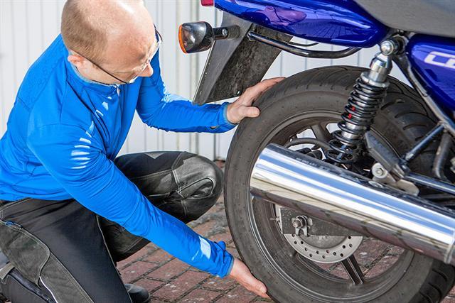 Welche Reifen passen auf mein Bike? Motorradfahrer sollten beim Reifentausch auf die sogenannte Reifenbindung sowie die Unbedenklichkeitsbescheinigung der Reifenhersteller achten.
