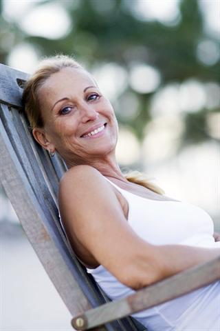 Auch Frauen in den mittleren Jahren können noch mit der Pille verhüten, wenn keine Gegenanzeigen bekannt sind und der Arzt grünes Licht gibt.
