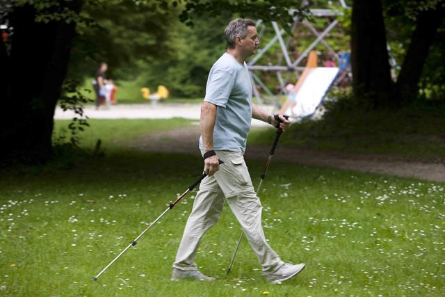 Mit Ausdauersportarten wie Nordic Walking kann man den Ruhepuls senken und seinem Herzen viel Gutes tun.