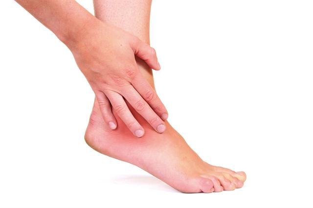 Ein Gichtanfall kann mit enormen Schmerzen verbunden sein. Verantwortlich sind Harnsäurekristalle, die sich in den Gelenken abgelagert haben.