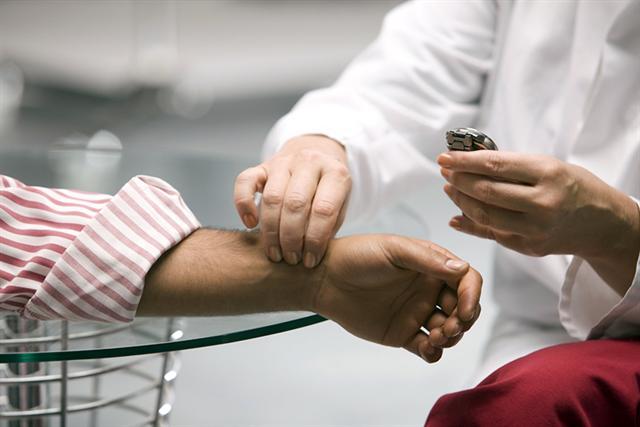 Regelmäßiges Pulsmessen ist vor allem für Risikopatienten notwendig.