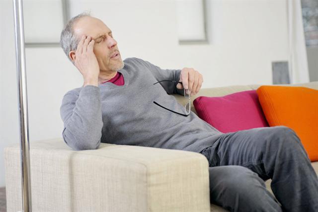 Drehschwindel kann sehr plötzlich auftreten, es kommt zu Augenzittern und starker Übelkeit - so ist die Gefahr zu stürzen hoch.