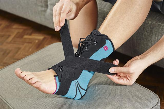 Während der Akut- und frühen Heilungsphase gibt das Gurtband dem Sprunggelenk zusätzlichen Halt.