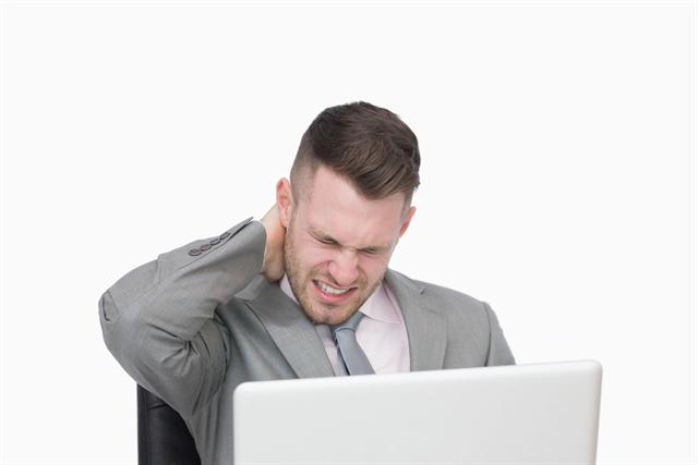 Nackenverspannungen auf dem Businesstrip können wie Wadenkrämpfe auf einen Magnesiummangel hinweisen.