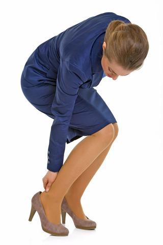 Schmerzhafte Wadenkrämpfe können gerade auf Geschäftsreisen besonders unangenehm sein.