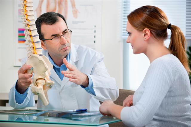 Knackpunkt Rücken - viele Patienten mit chronischen Schmerzen haben Probleme mit Wirbelsäule und Bandscheiben.