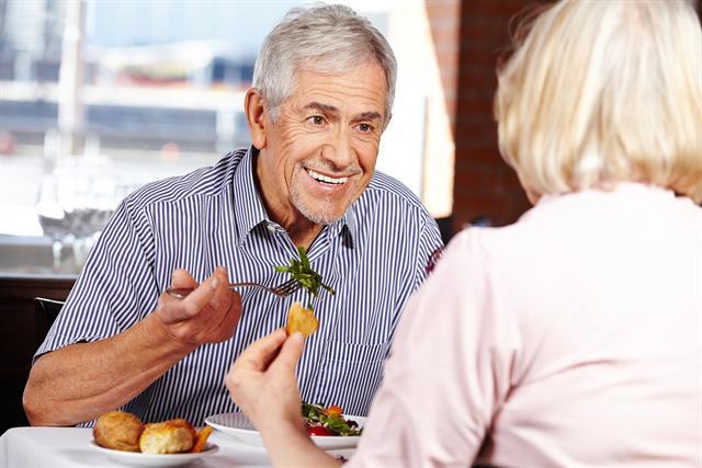 Säurebildende Speisen mit tierischem Eiweiß sollten nur selten auf den Tellern von Rheumatikern liegen.