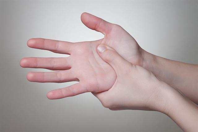 Rheumatische Beschwerden treten häufig erstmals in den Fingergelenken auf.