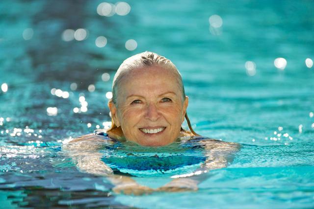 Bewegungsmangel ist schlecht für die Knochen. Regelmäßiger Sport wie Schwimmen wirkt dagegen vorbeugend gegen Knochenschwund.