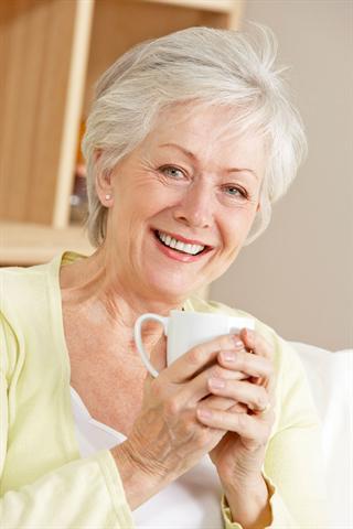 Frauen im mittleren oder höheren Alter, die mehrere Risikofaktoren für Osteoporose haben, sollten sich mit ihrem Hausarzt beraten.