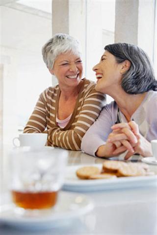Schätzungsweise ein Drittel aller Frauen leidet unter starken Wechseljahresbeschwerden. Dann kann eine Hormontherapie sinnvoll sein.
