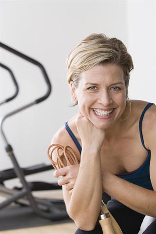 Kurz vor der Regel können hormonelle Schwankungen zu Spannungsgefühlen in der Brust führen - oft zusammen mit anderen Beschwerden des prämenstruellen Syndroms.