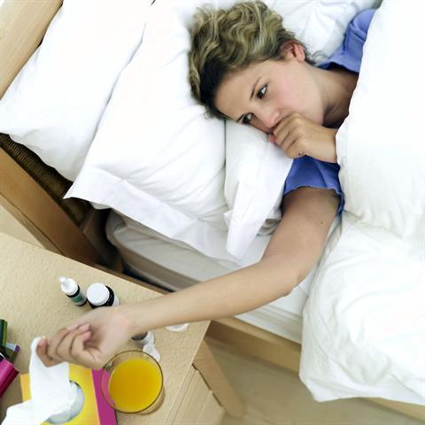Schlaf ist die beste Medizin. Das gilt auch bei grippalen Infekten.
