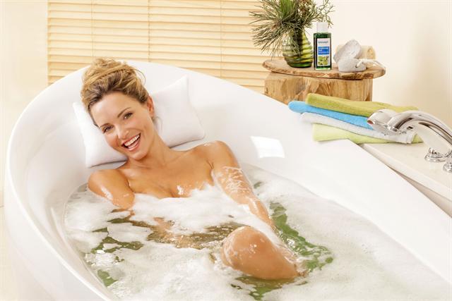 Ein warmes Bad mit ätherischen Ölen kann Erkältungsbeschwerden lindern.