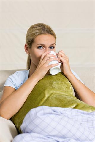 Ausruhen, etwas Heißes trinken - das tut bei Erkältungen gut.