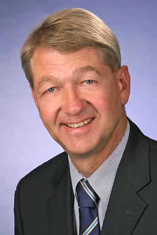 Professor Dr. Dr. med. dent. Eberhard Fischer-Brandies, Facharzt für Mund-Kiefer-Gesichtschirurgie in München, Tätigkeitsschwerpunkt Implantologie, Gutachterreferent der Bayerischen Landeszahnärztekammer.
